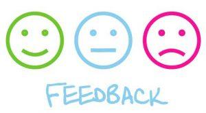 tre emoticons, verde sorridente, azzuro neutro e rosso triste